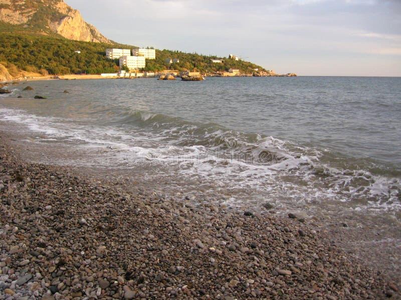 Великолепные пенистые волны прибоя против голубого неба с белыми облаками на банках волн прибоя моря пены великолепных дальше стоковое фото rf