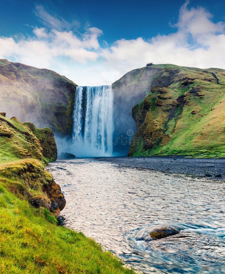 Великолепный взгляд лета огромного водопада Skogafoss на реке Skoga Красочная сцена лета на юге Исландии, Европе стоковое изображение