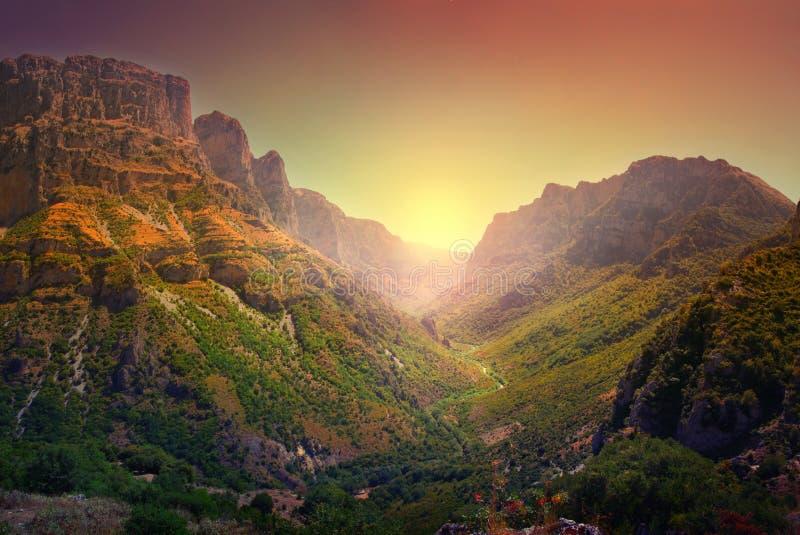 Великолепный панорамный вид на ущелье Викос, названное самым глубоким ущелье в мире Книгой рекордов Гиннеса стоковые фото