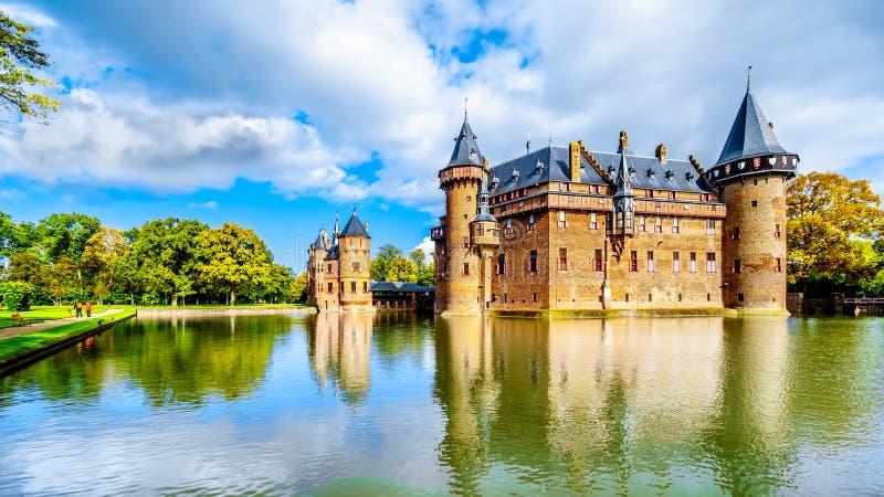 Великолепн Замок De Haar окруженное ровом, замок XIV века совершенно отстраивает заново в конце девятнадцатого века стоковое фото