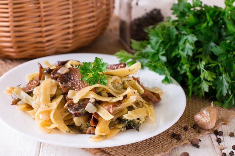 величают макаронные изделия Tagliatelle макаронных изделий с грибом варящ ингридиенты еды итальянские стоковые фото