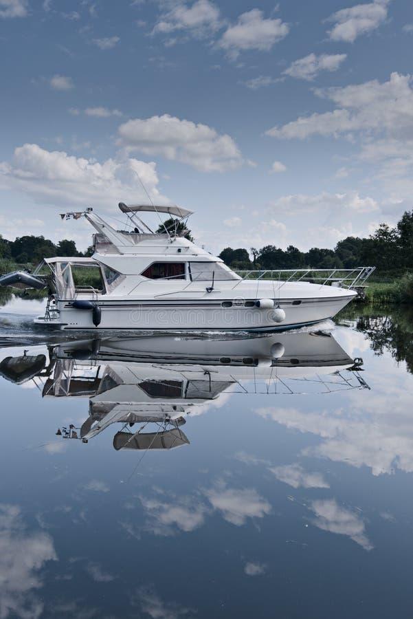 Величественная яхта в реке на солнечный летний день с отражениями стоковые фотографии rf