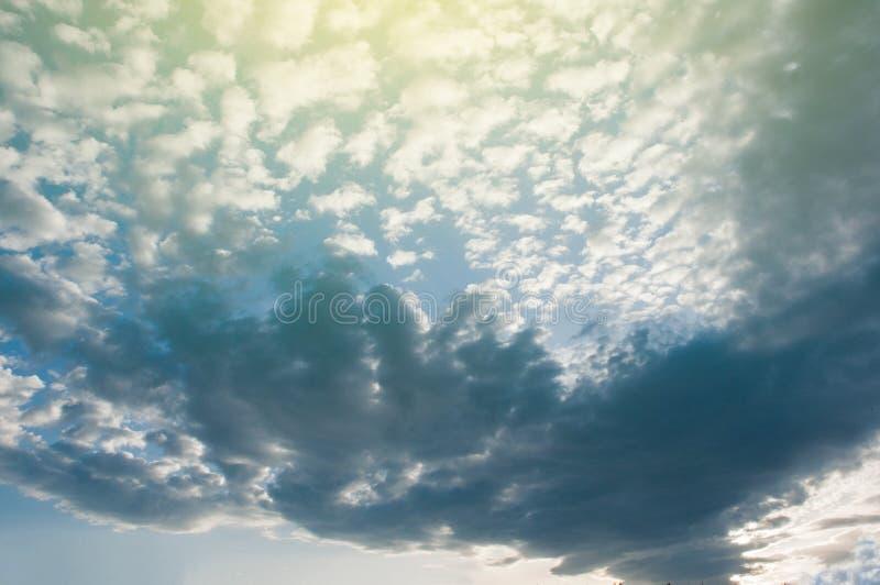 Величественное голубое небо с облаками Бременом Германией стоковые изображения rf