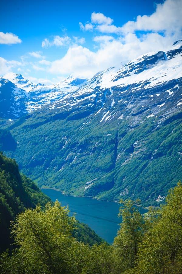 Величественные горы Geirangerfjord в Норвегии стоковые фотографии rf