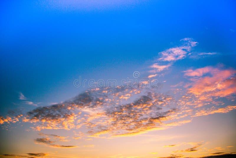 Величественные красные облака летом стоковое изображение rf