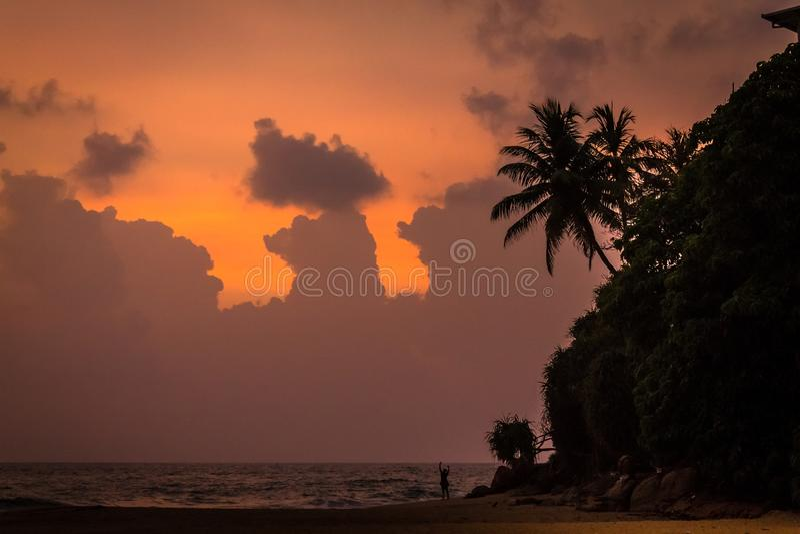 Величественные облака и оранжевое небо на заходе солнца над Индийским океаном стоковые изображения rf
