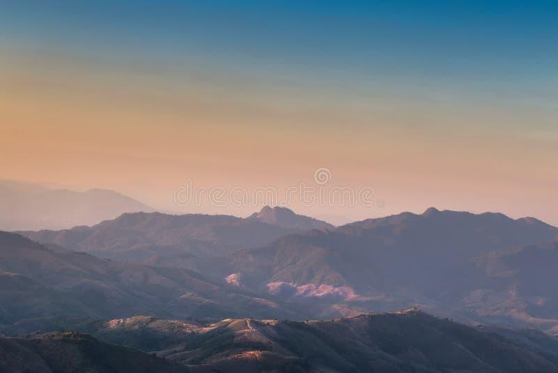 Величественный взгляд ландшафта горы Сьерра захода солнца стоковое фото rf