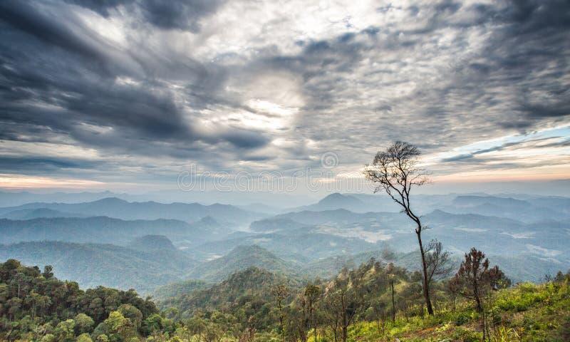 Величественный заход солнца в ландшафте гор и драматическом небе стоковое изображение