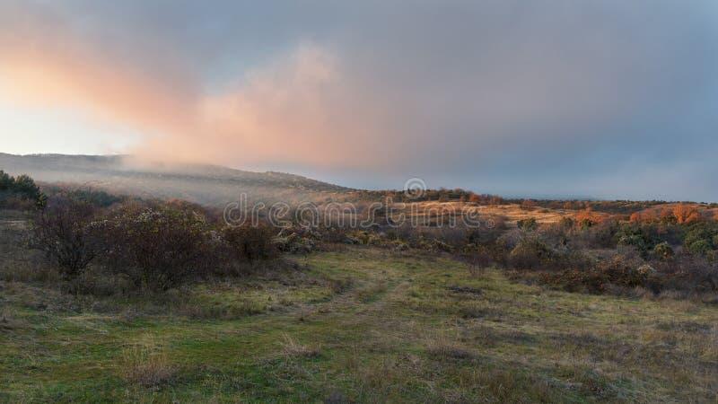 Величественный заход солнца в ландшафте гор с солнцем излучает стоковые фото