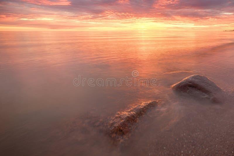 Величественный заход солнца лета над озером Chudskoy стоковое изображение
