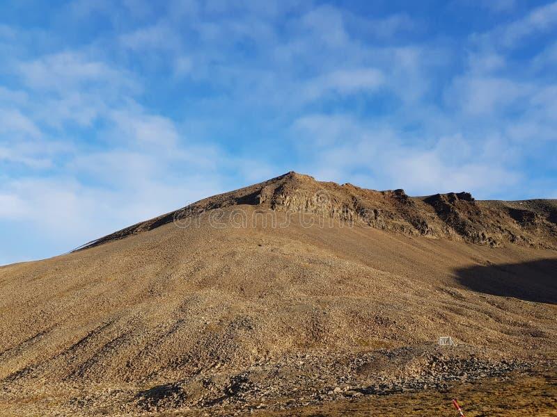 Величественный и мечтательный ландшафт горы на Свальбарде стоковые изображения