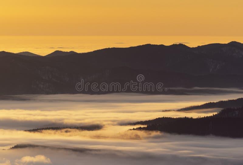Величественный ландшафт в горах зимы на восходе солнца Драматическая и живописная зимняя сцена ретро фильтр Фильтрованное instagr стоковые изображения