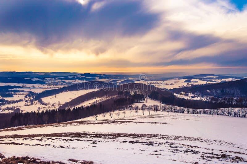 Величественный ландшафт зимы со снегом и драматическим небом в горах Rhoen, Германией стоковое фото rf