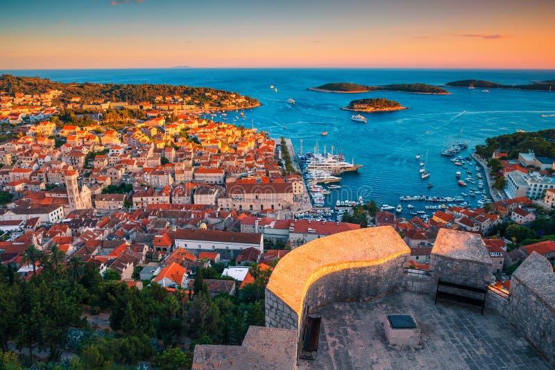 величественный средневековый город хвар с удивительной гавани на закате, хорватия стоковая фотография rf