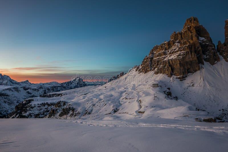 Величественный яркий ландшафт снежного захода солнца ar гор, cime Tre стоковые изображения rf