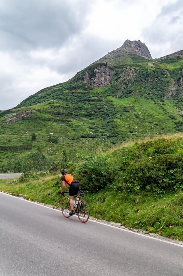 Велогонщики ездят по туристическому горному перевалу Сильвретта-Хайл-Альпине, Австрия стоковые изображения rf