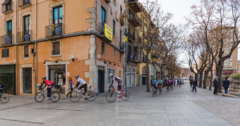 Велосипедисты в улице Хероны, Kosta Brava, Испании стоковые изображения rf