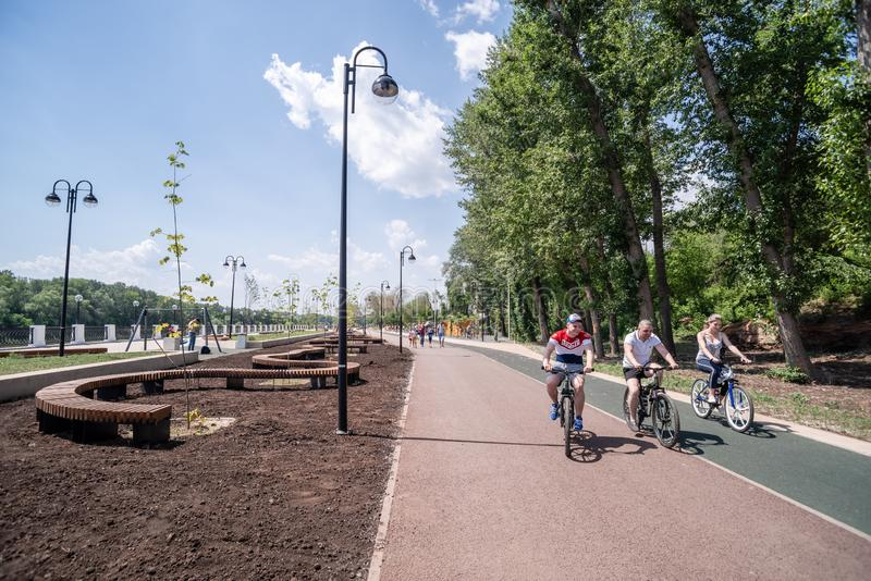 Велосипедисты ехать путь велосипеда стоковые изображения rf