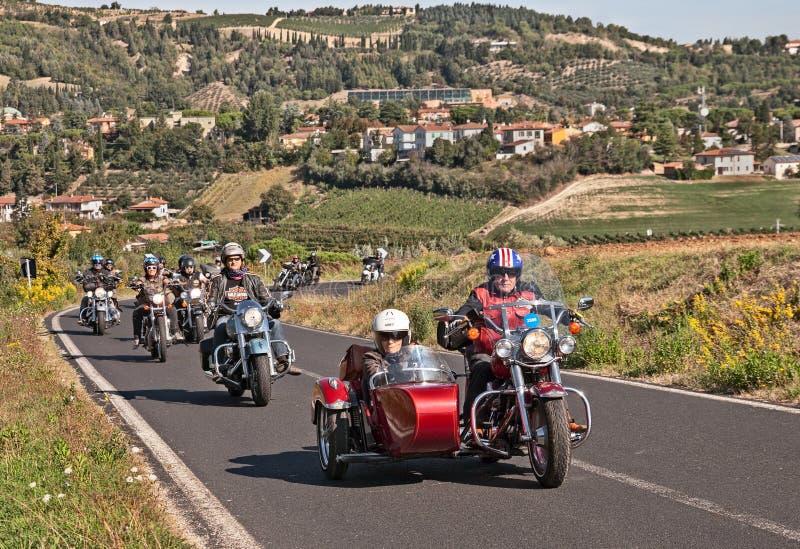 Велосипедисты ехать Harley Davidson с sidecar стоковое изображение