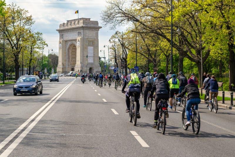 """Велосипедисты маршируя к """"Arcul de Triumf """"в протесте против недостатка свойственной публики и альтернативного транспорта стоковое фото rf"""