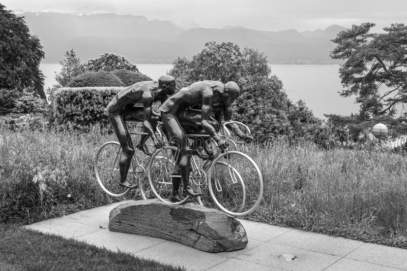 Велосипедисты, скульптура Gabor Mihaly, на олимпийском парке около Olympi стоковое изображение