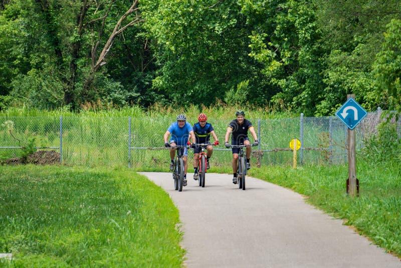 Велосипедисты с защитными шлемами стоковое фото