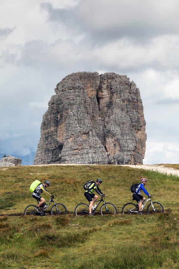 Велосипедисты MTB, на пути доломитов стоковые фотографии rf