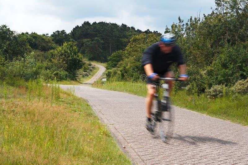 Велосипедист запачканный движением стоковое изображение