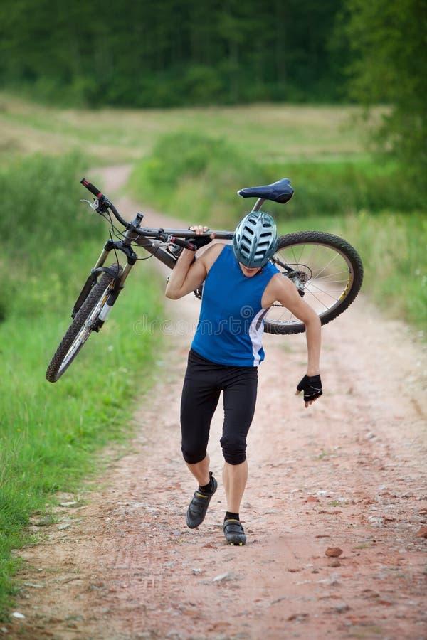 велосипедист нося велосипеда стоковая фотография rf