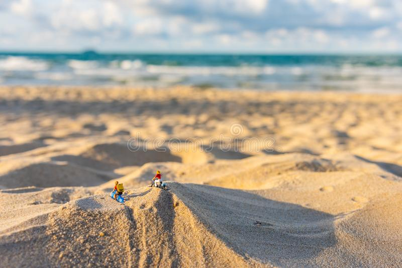 велосипедист пар кукол на пляже песка стоковые фото