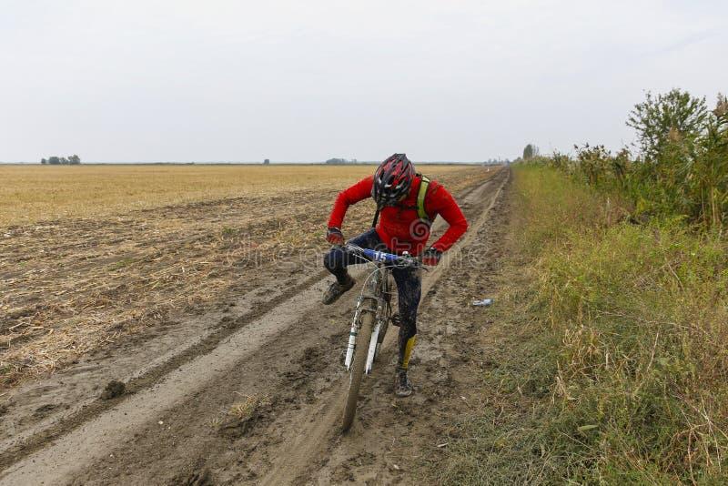 Велосипедист пробуя начать снова pedaling стоковое фото rf