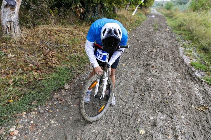 Велосипедист пробуя начать снова pedaling стоковое изображение rf