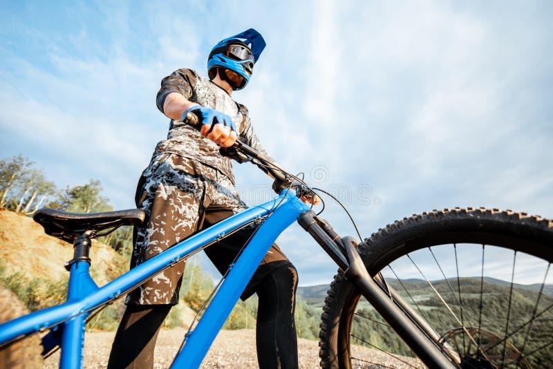 Велосипедист с велосипедом outdoors стоковое изображение rf