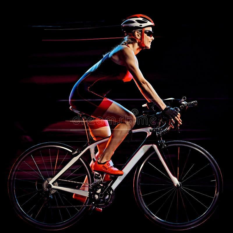Велосипедист triathlete триатлона женщины задействуя изолированную черную предпосылку стоковое изображение
