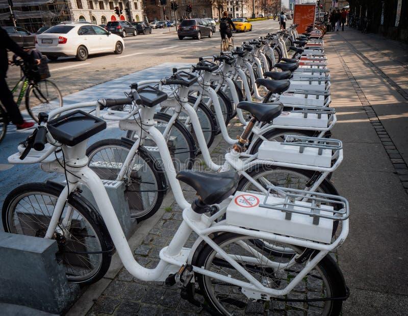 Велосипеды в аренду припарковали в центральном Копенгагене, Дании стоковое изображение