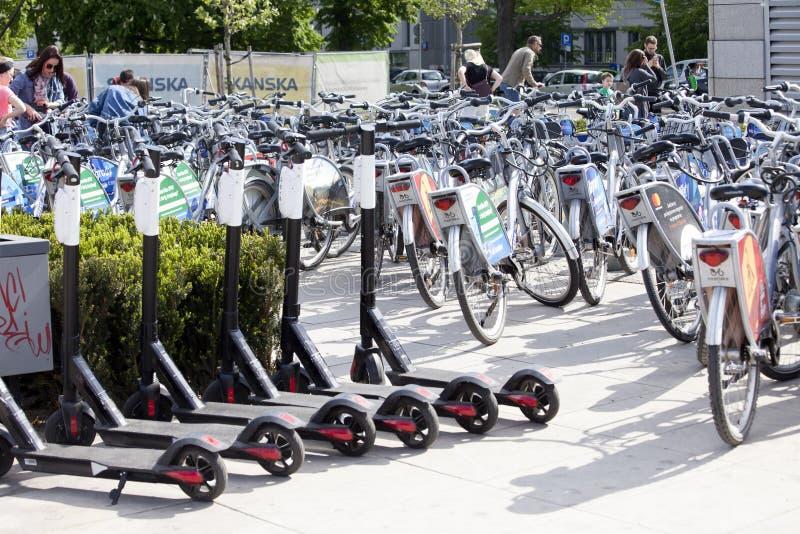 Велосипеды города подготавливают в аренду стоковое изображение
