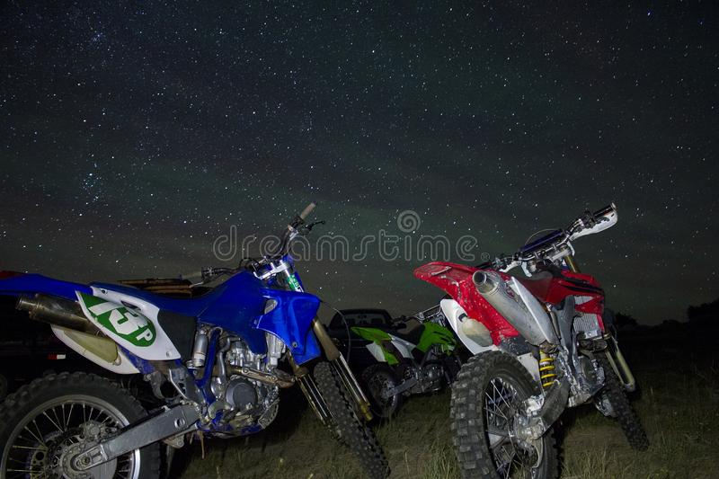 Велосипеды грязи под звездами стоковая фотография rf