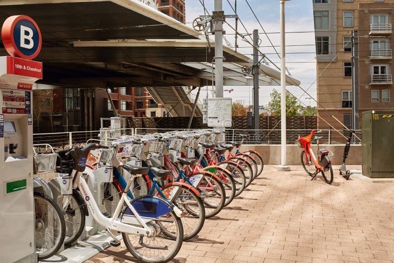 Велосипеды доступные в аренду в городском Денвер, Колорадо стоковые изображения rf