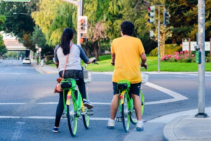 Велосипеды известки катания пар стоковое изображение rf