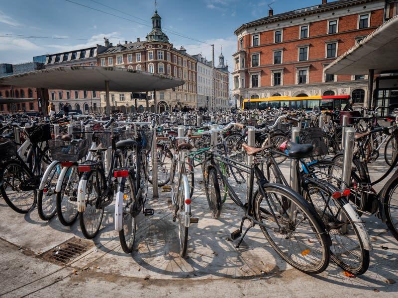 Велосипеды припаркованные в центральном Копенгагене, Дании стоковые фото