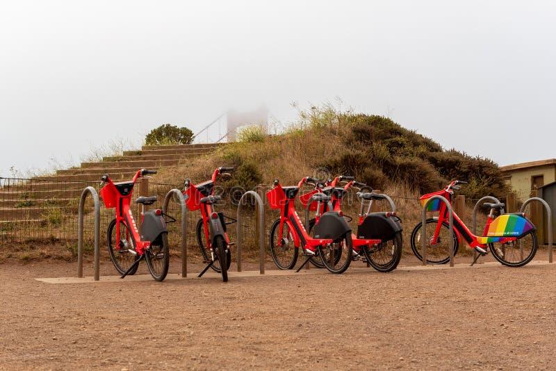 Велосипеды скачки на шкафе обзором моста золотых ворот стоковые фотографии rf