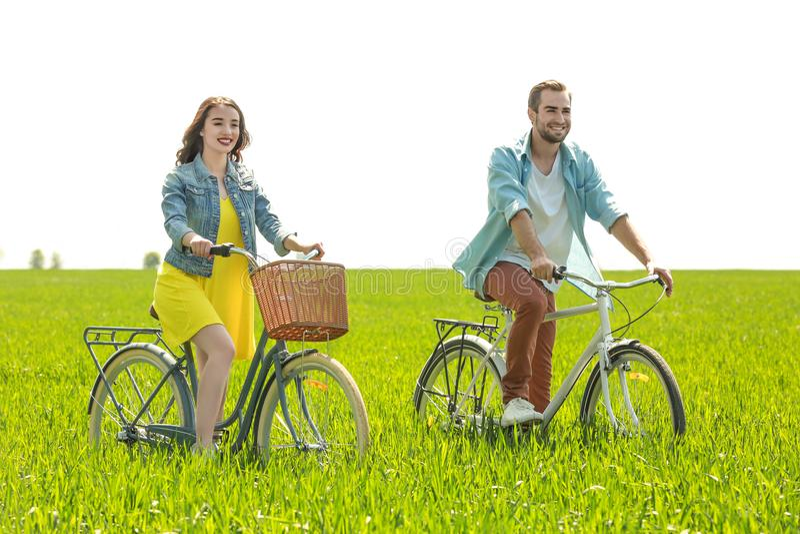 велосипеды соединяют счастливых детенышей riding стоковые изображения