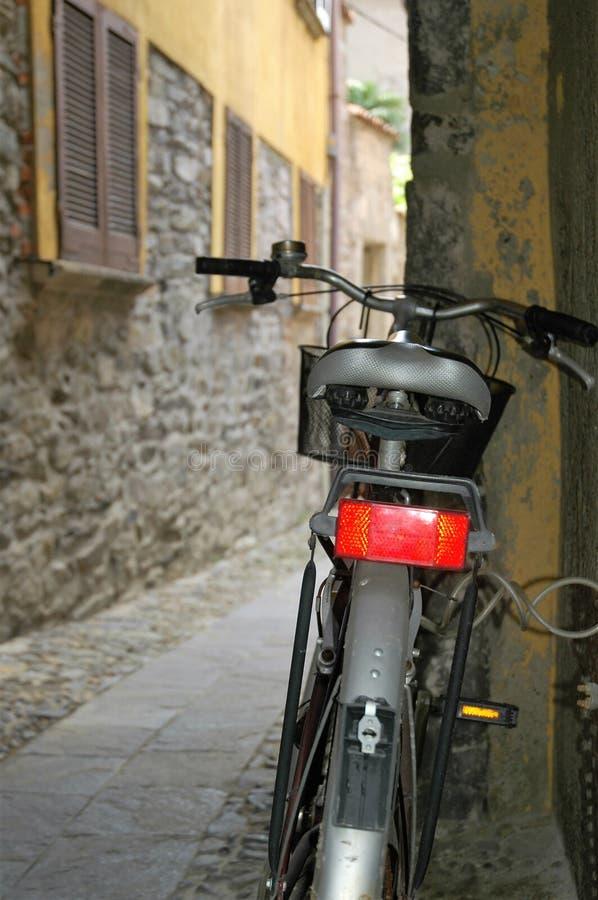 Велосипед в проходе стоковые изображения