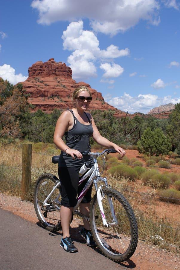 велосипед детеныши женщины горы стоковое фото rf