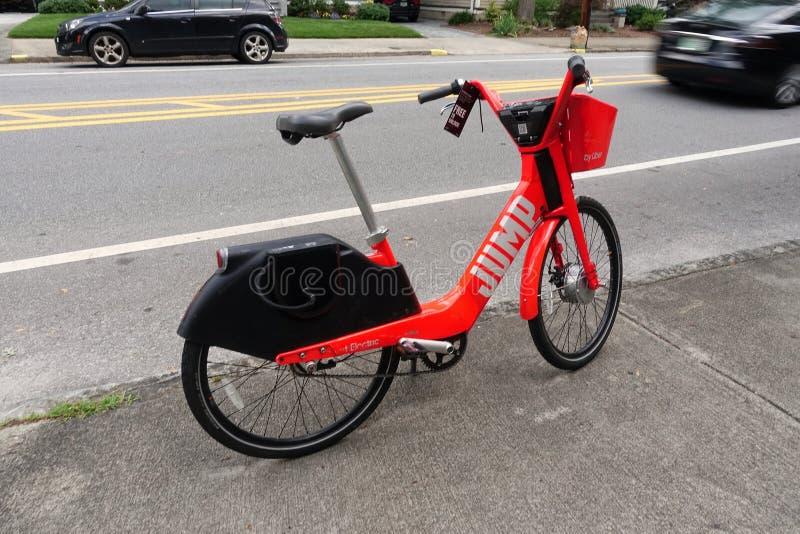 Велосипед доли езды скачки на тротуаре стоковые изображения