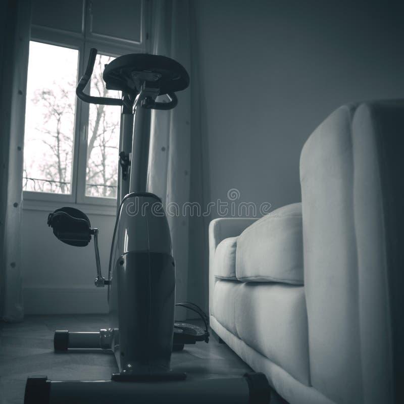 Велосипед домашнего тренера спорта задействуя дома стоковая фотография rf