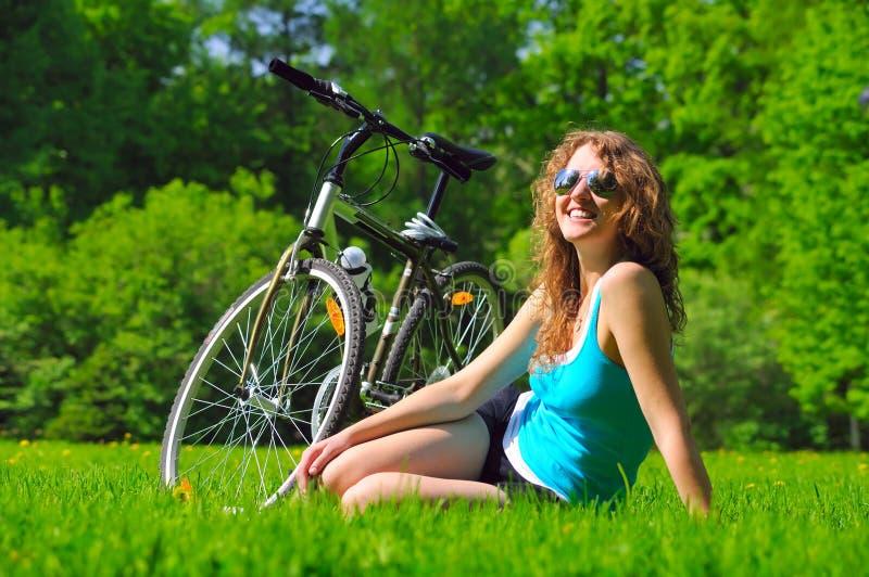 велосипед ее близкая сидя женщина стоковые изображения rf