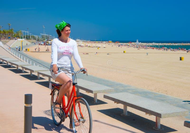 велосипед ее детеныши женщины riding стоковое изображение rf