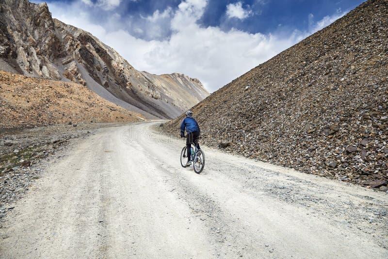 Велосипед езды человека в горе стоковые фотографии rf