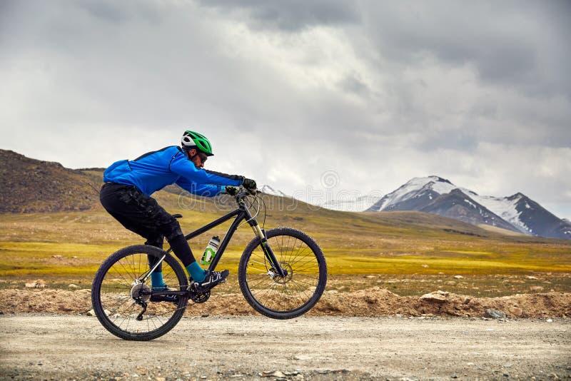 Велосипед езды человека в горе стоковое изображение